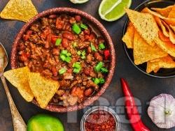 Чили кон карне с свинска и телешка кайма, бял или червен боб от консерва и доматен сос - снимка на рецептата
